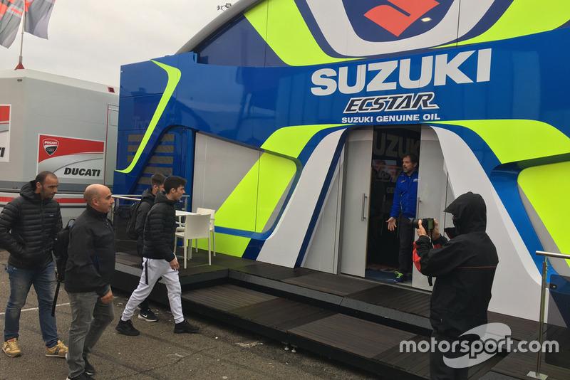 Joan Mir a su llegada a Suzuki en el paddock de Cheste, Valencia