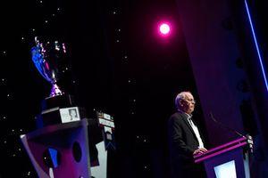 El presidente y CEO de NASCAR, Jim France, habla en el escenario después de ganar el Premio NMPA Myers Brothers