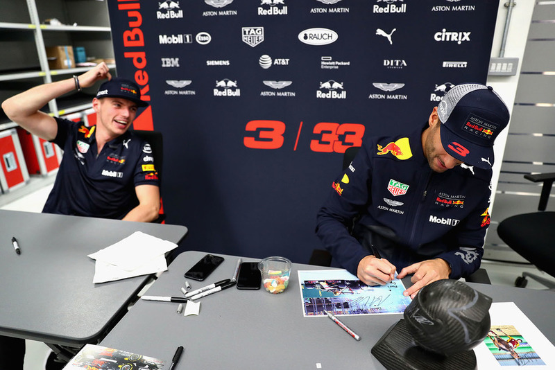 Max Verstappen, Red Bull Racing, y Daniel Ricciardo, Red Bull Racing, firman autógrafos