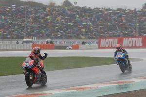 Le vainqueur Andrea Dovizioso, Ducati Team, le deuxième, Alex Rins, Team Suzuki MotoGP