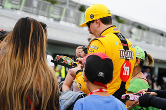 Kyle Busch, Joe Gibbs Racing, Toyota Camry M&M's con dei tifosi