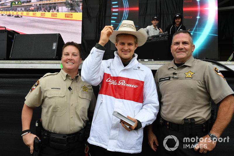Marcus Ericsson, Sauber con due ufficiali di polizia
