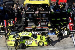 Ryan Blaney, Team Penske, Ford Fusion Menards/Moenl, makes a pit stop