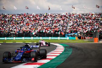 Brendon Hartley, Toro Rosso STR13, devant Esteban Ocon, Racing Point Force India VJM11