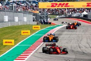 Charles Leclerc, Ferrari SF21, Daniel Ricciardo, McLaren MCL35M, e Carlos Sainz Jr., Ferrari SF21