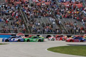 Kyle Larson, Hendrick Motorsports, Chevrolet Camaro HendrickCars.com, Kyle Busch, Joe Gibbs Racing, Toyota Camry Interstate Batteries