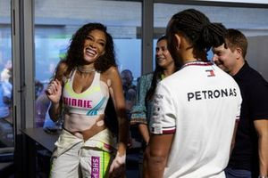 Lewis Hamilton, Mercedes, con la modelo Winnie Harlow