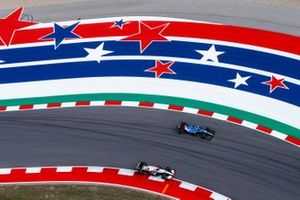 Fernando Alonso, Alpine A521, passa Antonio Giovinazzi, Alfa Romeo Racing C41