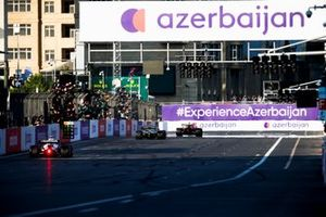 Sergio Perez, Red Bull Racing RB16B, Sebastian Vettel, Aston Martin AMR21, en Pierre Gasly, AlphaTauri AT02,