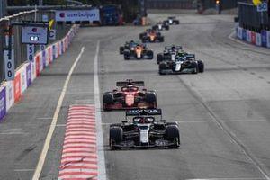 Pierre Gasly, AlphaTauri AT02, Charles Leclerc, Ferrari SF21, en Sebastian Vettel, Aston Martin AMR21