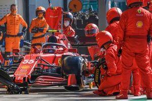Carlos Sainz Jr., Ferrari SF21 pit stop