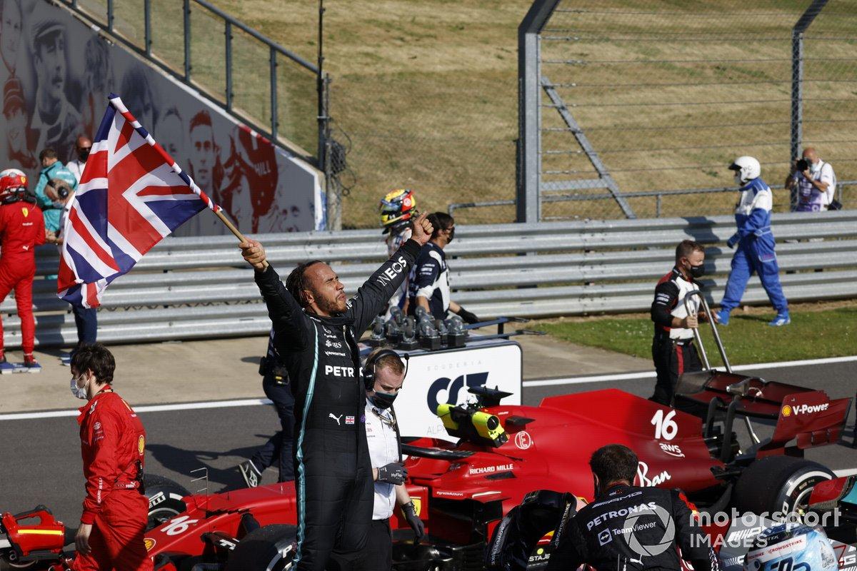Ganador Lewis Hamilton, Mercedes W12 con la bandera de Gran Bretaña