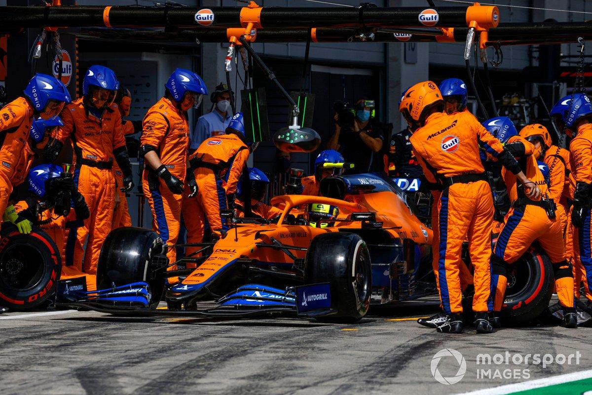 Lando Norris, McLaren MCL35M, pit stop