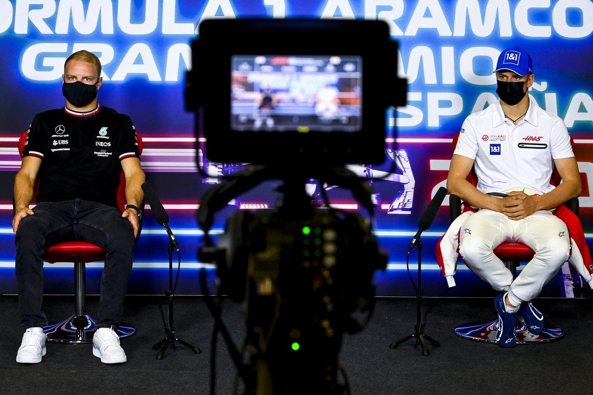 Valtteri Bottas, Mercedes, Mick Schumacher, Haas F1 en la conferencia de prensa
