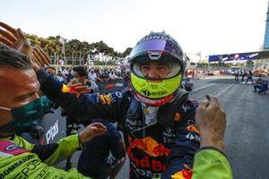 Sergio Perez, Red Bull Racing, 1° classificato, festeggia all'arrivo al Parco Chiuso