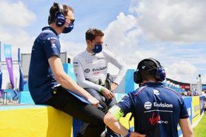 Robin Frijns, Envision Virgin Racing, con gli ingegneri sulla griglia di partenza