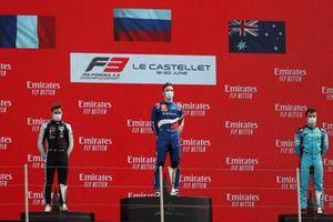 Podio: il vincitore di Gara 1 Alexander Smolyar, ART Grand Prox, secondo posto Victor Martins, MP Motorsports, terzo posto Calan Williams, Jenzer Motorsport