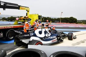 Yuki Tsunoda, AlphaTauri AT02, is assisted by marshals after crashing out in Q1