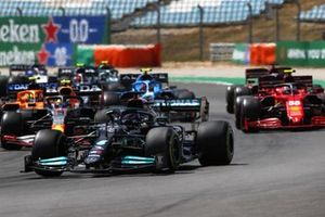 Lewis Hamilton, Mercedes W12, Carlos Sainz Jr., Ferrari SF21, Sergio Perez, Red Bull Racing RB16B, and the remainder of the field