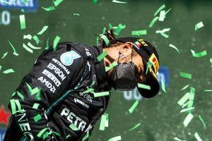 Lewis Hamilton, Mercedes, viert zijn zege