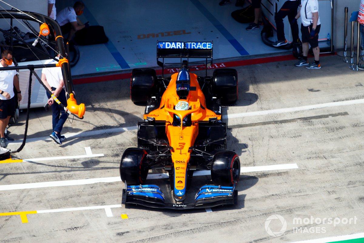 Daniel Ricciardo, McLaren MCL35M, esce dal garage