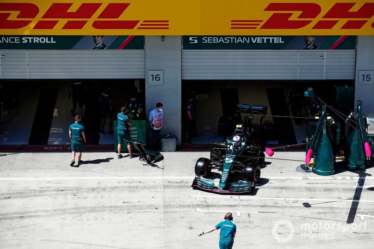 Sebastian Vettel, Aston Martin AMR21, sale del garaje