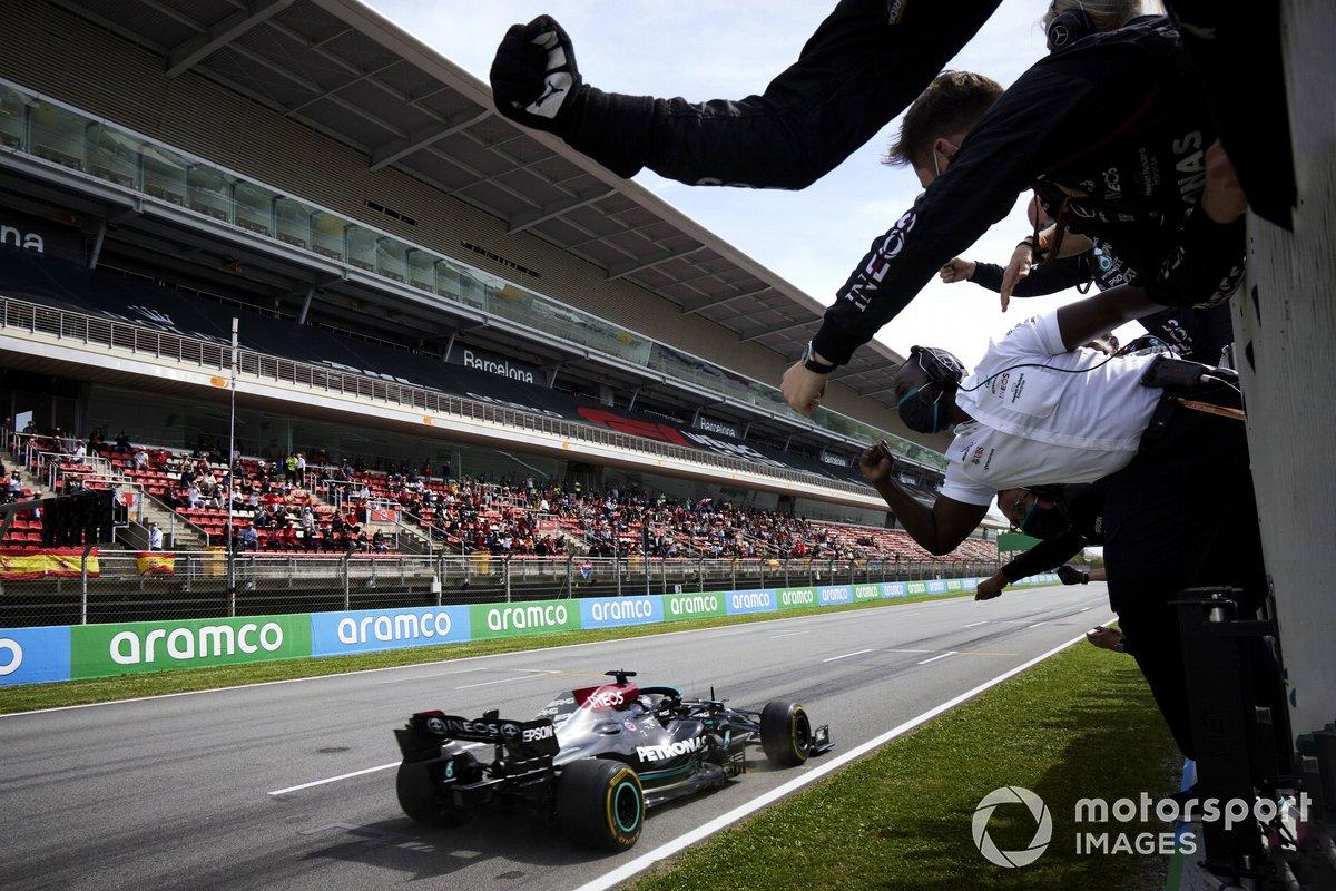 Lewis Hamilton, Mercedes W12, primera posición, se alza con la victoria