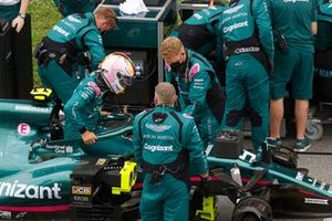 Mechanics on the grid with Sebastian Vettel, Aston Martin AMR21