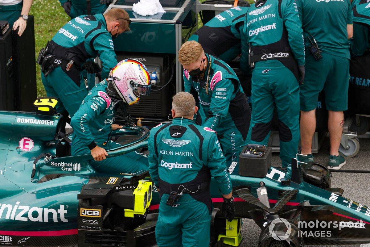 Mecánicos en la parrilla con Sebastian Vettel, Aston Martin AMR21