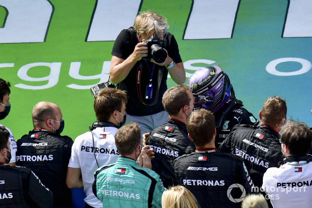 Lewis Hamilton, Mercedes, primera posición, y Steven Tee, fotógrafo