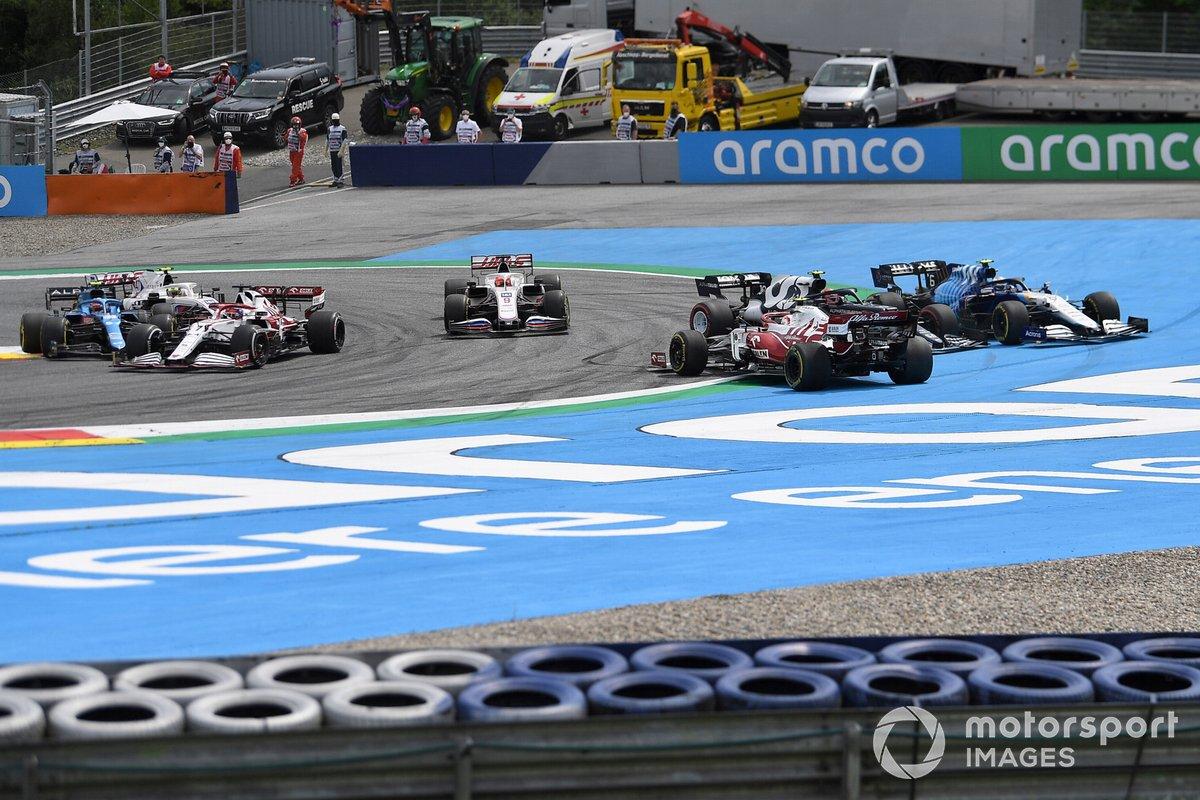 Pierre Gasly, AlphaTauri AT02, Antonio Giovinazzi, Alfa Romeo Racing C41, y Nicholas Latifi, Williams FW43B se tocan en la primera vuelta