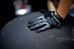 Will Power, Team Penske Chevrolet, Firestone tire, crew member, gloves