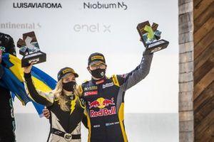 Mikaela Ahlin-Kottulinsky, Kevin Hansen, JBXE Extreme-E Team con il trofeo