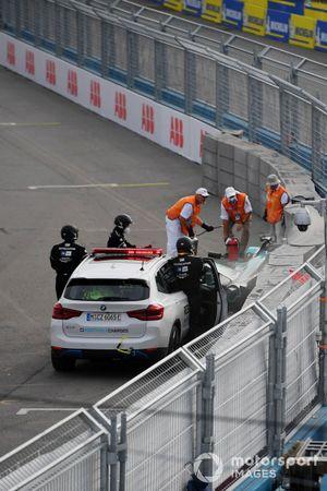 Los oficiales de pista retiran el coche dañado de Sam Bird, Jaguar Racing, Jaguar I-TYPE 5, tras su accidente