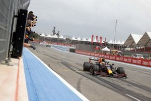 Max Verstappen, Red Bull Racing RB16B, 1st position, is cheered over the line by his team