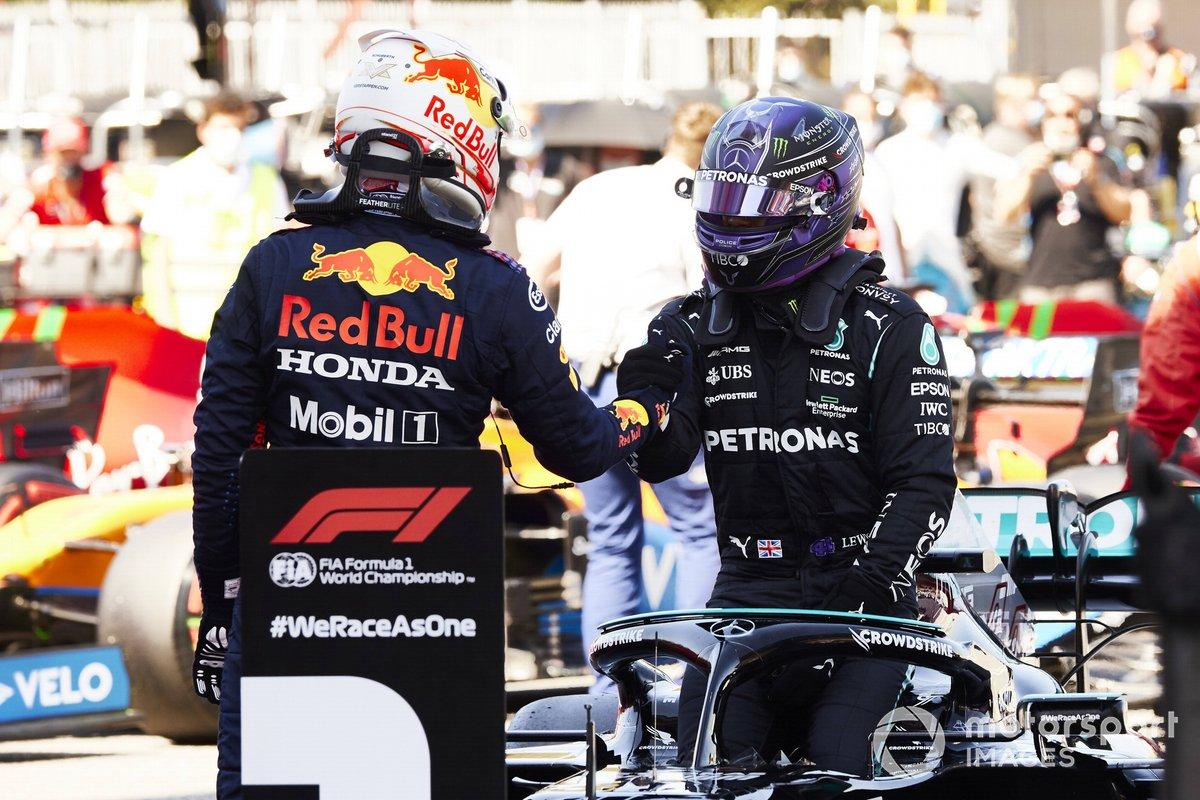 Max Verstappen, Red Bull Racing, felicita a Lewis Hamilton, Mercedes, tras ganar su Pole Position 100 en la F1 en el Parc Ferme