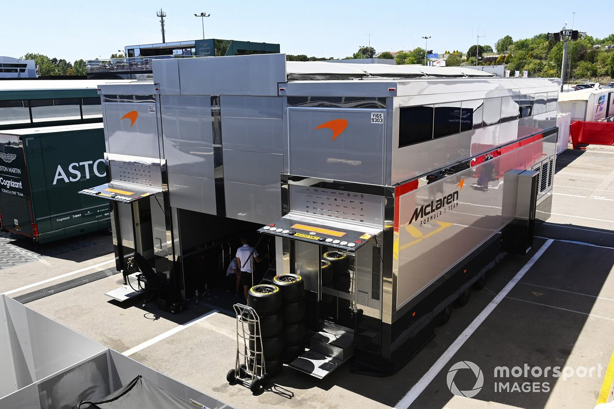 McLaren motorhome en el paddock