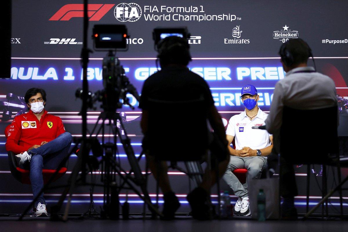 Carlos Sainz Jr., Ferrari, Mick Schumacher, Haas F1 durante la conferencia de prensa