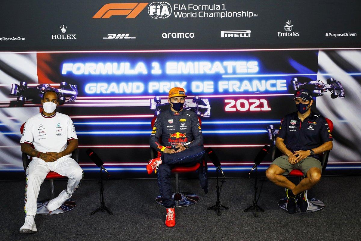 Lewis Hamilton, Mercedes, 2ª posición, Max Verstappen, Red Bull Racing, 1ª posición, y Sergio Pérez, Red Bull Racing, 3ª posición, en la rueda de prensa