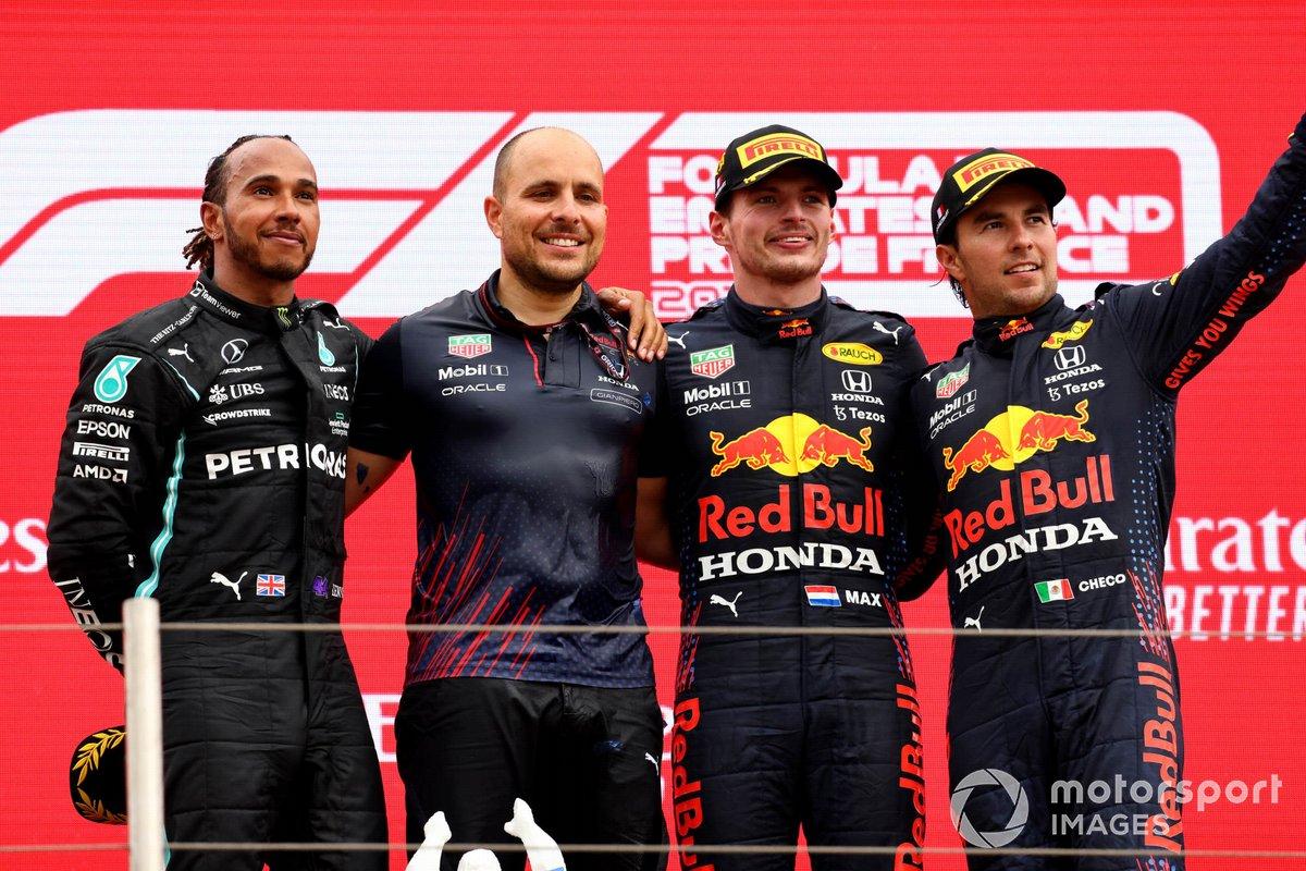 Podio: segundo lugar Lewis Hamilton, Mercedes, Gianpiero Lambiase, ingeniero de carrera de Red Bull Racing, ganador Max Verstappen, Red Bull Racing, tercer lugar Sergio Pérez, Red Bull Racing
