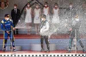 Le 2ᵉ Felipe Drugovich, Uni-Virtuosi, le vainqueur Guanyu Zhou, Uni-Virtuosi Racing et le 3ᵉ Roy Nissany, Dams célèbrent leur performance sur le podium avec du champagne