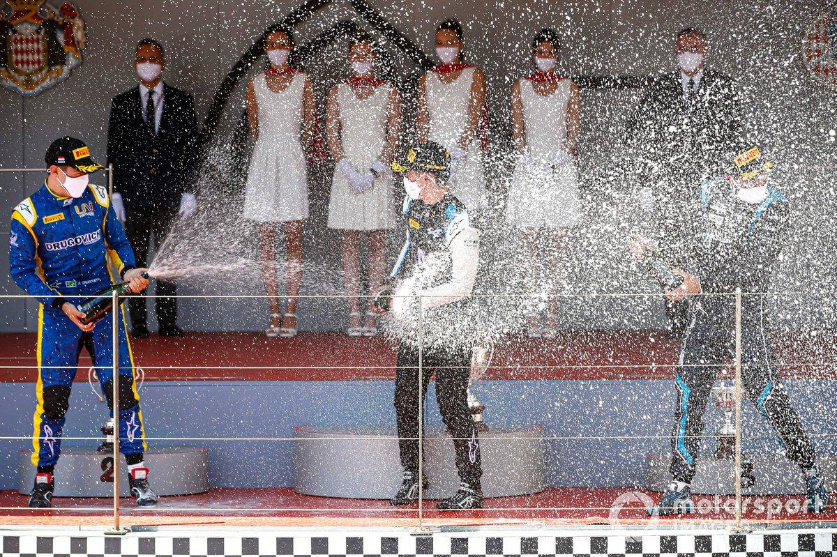 Felipe Drugovich, Uni-Virtuosi, el ganador Guanyu Zhou, Uni-Virtuosi Racing y Roy Nissany, Dams, en el podio de Mónaco