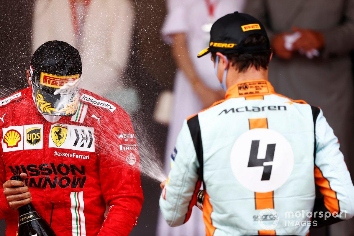 Podio: segundo lugar Carlos Sainz Jr., Ferrari, y tercer lugar Lando Norris de McLaren