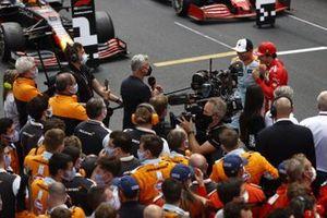 David Coulthard entrevista a Lando Norris, McLaren, tercer lugar, y a Carlos Sainz Jr., Ferrari, segundo tras la carrera