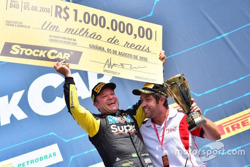 Rubens Barrichello comemora vitória na Corrida do Milhão de 2018