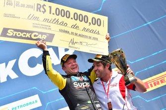 Rubens Barrichello celebra la victoria en 2018
