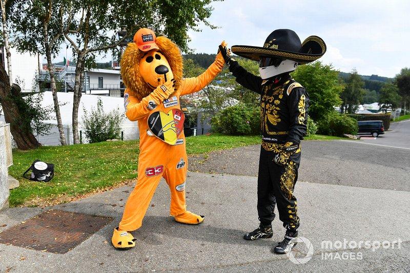 Mario Achi y una mascota que anima a Verstappen
