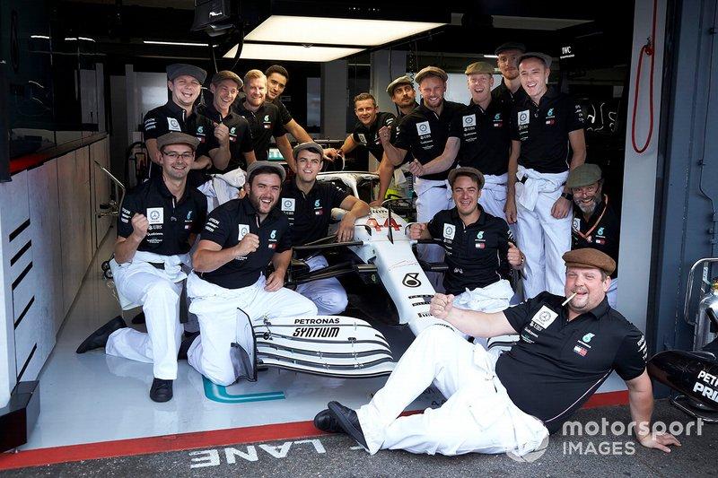 Miembros de Mercedes AMG F1 en la sesión de fotos del 125º aniversario de Mercedes
