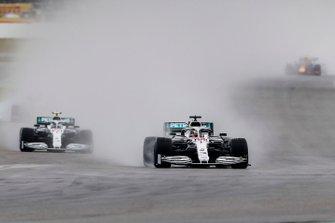 Lewis Hamilton, Mercedes AMG F1 W10, voor Valtteri Bottas, Mercedes AMG W10