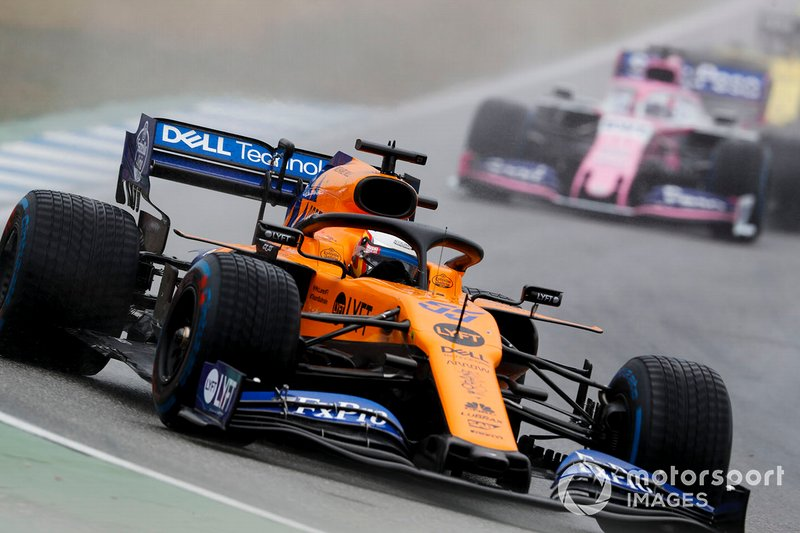 Carlos Sainz Jr, McLaren MCL34, lidera Sergio Pérez, Racing Point RP19